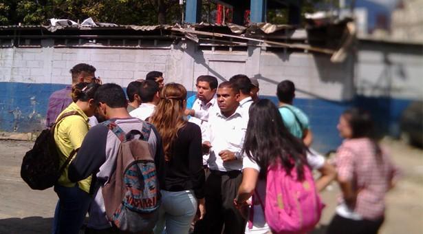 En Transporte estudiantes impidieron que el gobierno instalara vallas sin autorización de la UCV